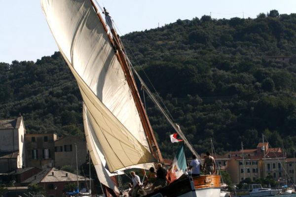 latin sail:passione per la barca a vela:territori e sapori da scoprire a bordo di un antico leudo a vela latina